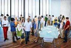 Multiethnische Gruppe von Personenen-Sitzung im Büro Stockbild