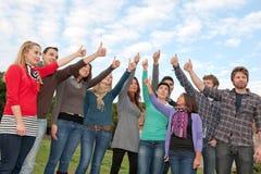 Multiethnische Gruppen-Daumen oben stockfoto