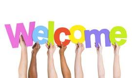 Multiethnische Hände, die das Wort-Willkommen halten lizenzfreies stockbild