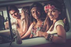 Multiethnische Hippiefreunde auf einer Autoreise Stockbild