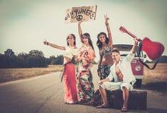 Multiethnische Hippiefreunde auf einer Autoreise Stockfoto