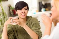 Multiethnische junge Frau, die mit Freund gesellig ist Stockbilder