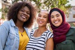 Multiethnische junge Freunde, die zusammen genießen stockfoto