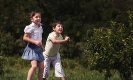 Multiethnische Kinder, die Ball spielen Stockfotos