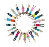 Multiethnische Kinder, die Kreis liegen unten, bildend Lizenzfreie Stockfotos