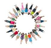 Multiethnische Kinder, die Kreis liegen unten, bildend stockfotos