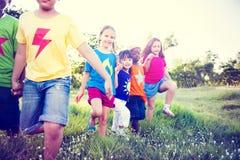 Multiethnische Kinder, die zusammen gehen stockbild