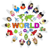 Multiethnische Kinder mit Text-Welt und in Verbindung stehenden Symbolen Stockfotografie