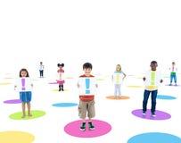Multiethnische Kinder schlossen einen Ausruf Synbol an Stockbilder