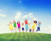 Multiethnische Kinder und Frauen draußen Lizenzfreies Stockfoto