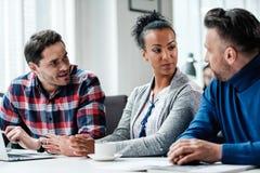 Multiethnische Kollegen in einem coworking Büro lizenzfreie stockbilder