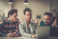 Multiethnische Kollegen in einem coworking Büro lizenzfreie stockfotos