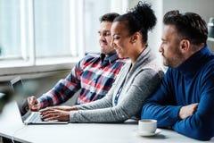 Multiethnische Kollegen in einem coworking Büro stockfotografie