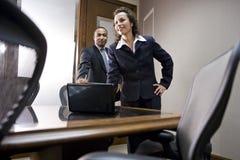Multiethnische Leitprogramme im Sitzungssaal lizenzfreie stockfotos