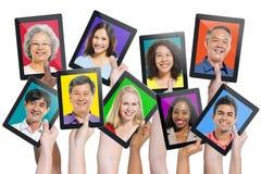 Multiethnische Leute auf Digital-Tablets Lizenzfreie Stockbilder