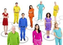 Multiethnische Leute auf Verbindungs-themenorientiertem Bild Stockbilder