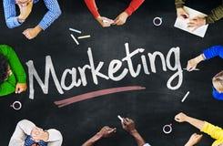 Multiethnische Leute, die über Marketing sich besprechen Stockfotos