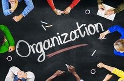 Multiethnische Leute, die über Organisation sich besprechen lizenzfreies stockfoto