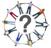 Multiethnische Leute, die sich hinlegen und Fragezeichen Lizenzfreie Stockbilder