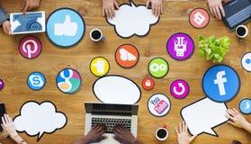 Multiethnische Leute, die an Social Media anschließen Stockfotografie