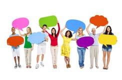 Multiethnische Leute, die Sprache-Blasen halten Stockfoto
