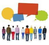 Multiethnische Leute drehen sich zurück mit Sprache-Blasen Lizenzfreie Stockfotos