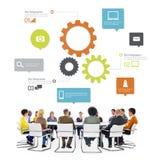 Multiethnische Leute in einer Sitzung mit Infographic Lizenzfreies Stockfoto