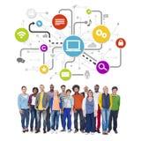 Multiethnische Leute mit Social Media Stockbild