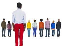 Multiethnische Leute zurück gedreht und ein Mann zurückgelassen Lizenzfreies Stockbild