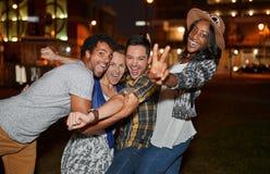 Multiethnische millenial Gruppe Freunde, die ein selfie Foto mit Handy auf Dachspitze terrasse unter Verwendung des Blitzes nacht Lizenzfreies Stockfoto