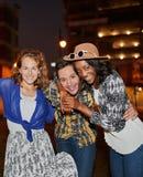 Multiethnische millenial Gruppe Freunde, die ein selfie Foto mit Handy auf Dachspitze terrasse unter Verwendung des Blitzes nacht Stockfoto