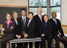 Multiethnische Mitarbeiteraufstellung Stockfotos