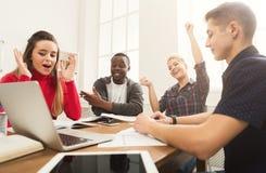 Multiethnische Mitschüler, die sich zusammen für Prüfung vorbereiten lizenzfreies stockfoto