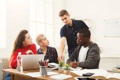 Multiethnische Mitschüler, die sich zusammen für Prüfungen vorbereiten lizenzfreie stockbilder