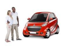 Multiethnische Paare, die rotes Auto betrachten Lizenzfreie Stockfotos