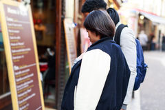 Multiethnische Paare, die Spaß in Paris, Quartier-Latein haben Stockfoto