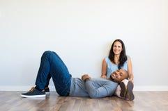 Multiethnische Paare zu Hause lizenzfreies stockfoto