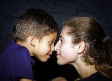 Multiethnische Schwester und Bruder Stockfotografie