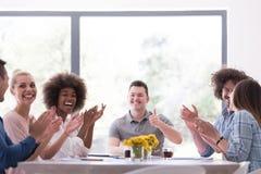 Multiethnische Startgruppe junge Geschäftsleute, die s feiern Stockbilder