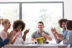 Multiethnische Startgruppe junge Geschäftsleute, die s feiern Stockfotos