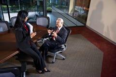 Multiethnische Unternehmensleiter, die Diskussion haben Lizenzfreie Stockbilder