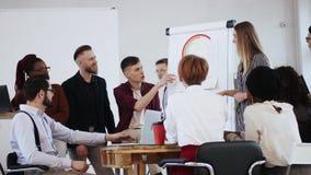 Multiethnische verschiedene Geschäftsleute zusammenzuarbeiten, besprechen Arbeit mit junger schöner blonder Führerfrau im moderne stock footage