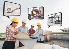 Multiethnische verschiedene Gruppe der Bauentwicklungsprojekt-Partnersitzung an der Baustelle, Arbeit über Strategieplanung lizenzfreie stockfotos