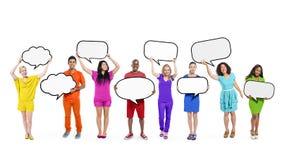 Multiethnische verschiedene Leute, die leere Sprache-Blasen halten Stockfotos