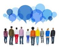 Multiethnische verschiedene Leute, die rückwärts mit Sprache-Blasen gegenüberstellen Lizenzfreie Stockbilder