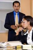 Multiethnische Wirtschaftler im Bürositzungssaal stockfoto
