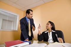 Multiethnische Wirtschaftler im Bürositzungssaal lizenzfreies stockbild