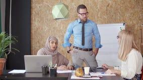 Multiethnischer Mann und weibliche Büroangestellte lösen im Arbeitsbereich gedanklich stock video