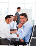 Multiethnisches Geschäftsteam bei einer Sitzung Stockfotografie
