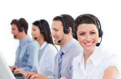 Multiethnisches Geschäftsteam, das auf Kopfhörer spricht Lizenzfreie Stockfotografie